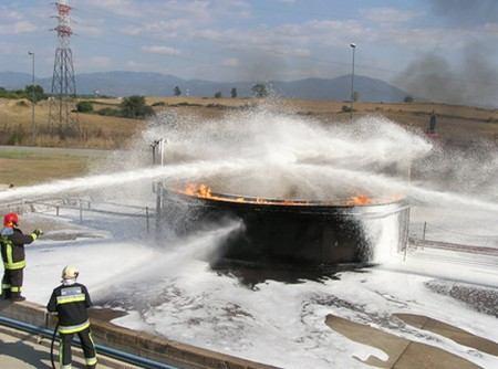 Gašenje požara spremnika lako zapaljivih tekućina